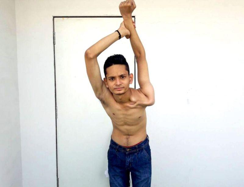Резиновый мальчик, который скручивает себя полностью
