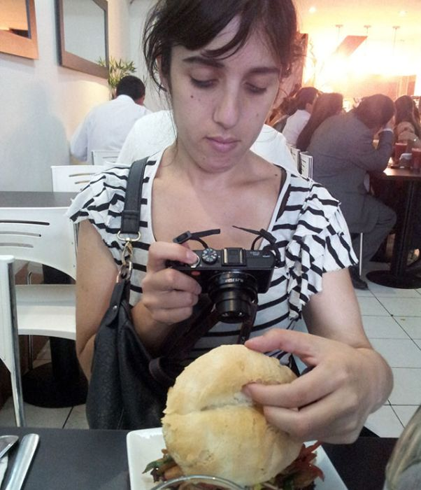 Люди, которые фотографируют еду