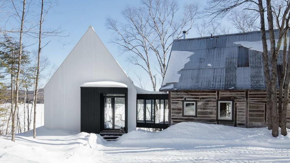 Современное дополнение к деревянному дому в канадском лесу