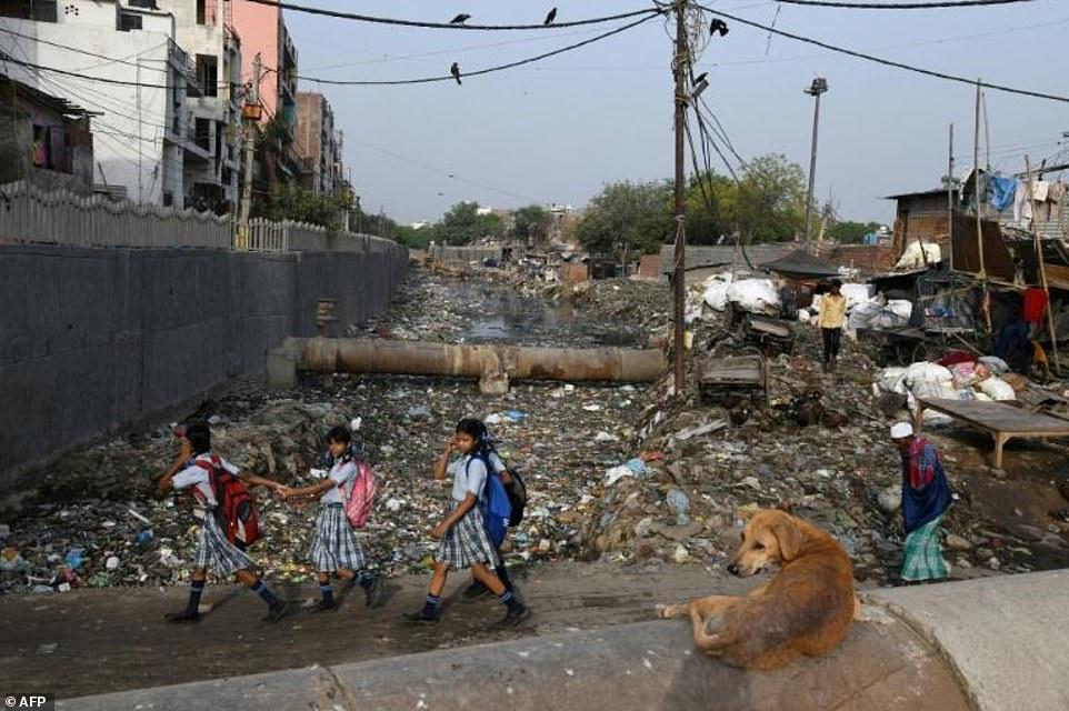 Индийские трущобы полностью завалены мусором