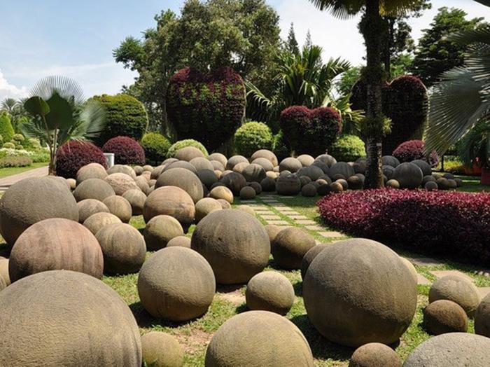 Загадочные камни притягивают тысячи туристов со всего мира