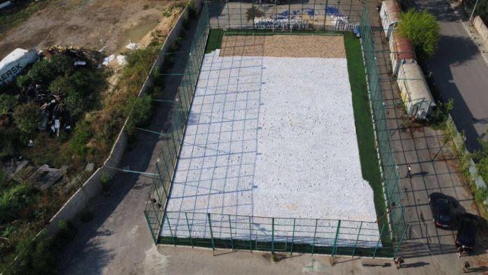 Чем заполнена эта спортивная площадка?