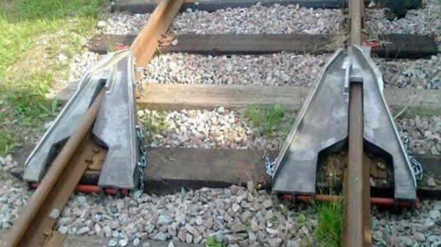 Лягушка возвращает сошедшие вагоны на рельсы