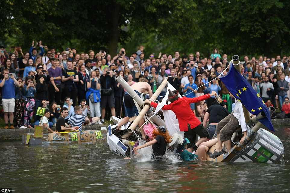 Студенты Кембриджского университета провели заплыв на картонных лодках