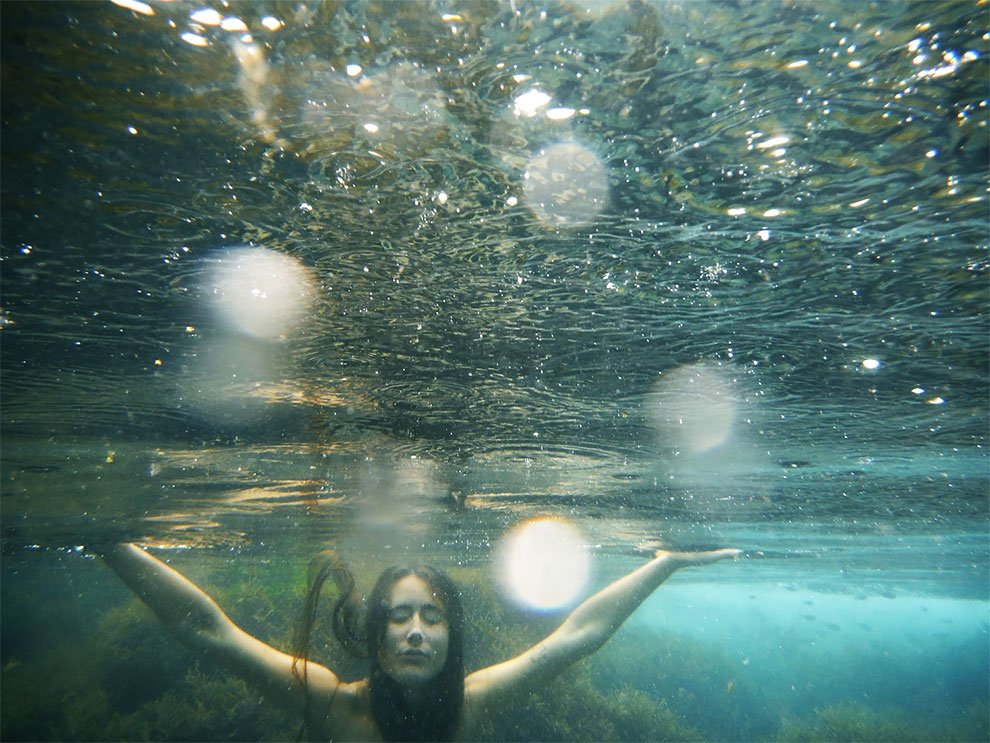 Девушки в приливных бассейнах на Гавайях