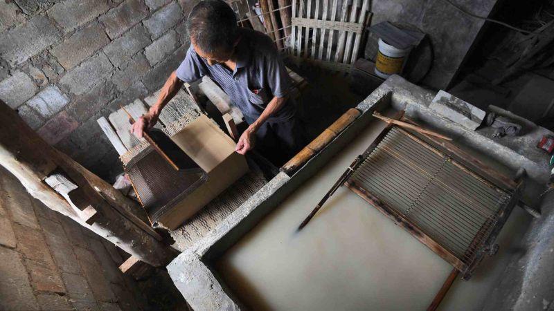 Китаец уже 36 лет производит бумагу вручную