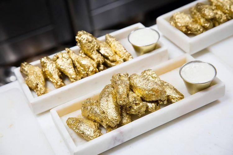 В американском ресторане подают позолоченные куриные крылышки