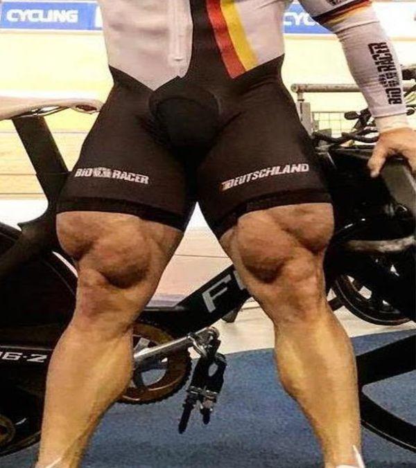 Велогонщик Квадзилла с невероятно накачанными ногами