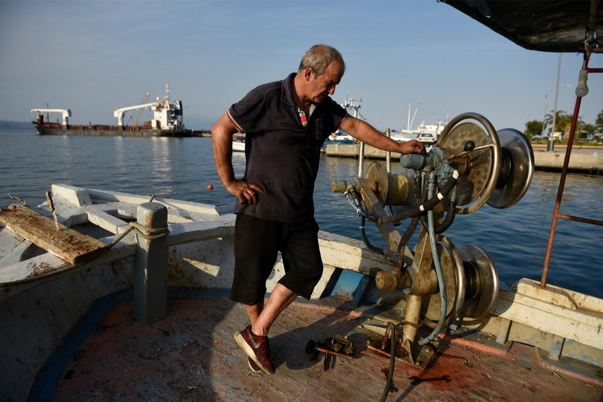 Греческие рыбаки сдают лодки и оставляют промысел