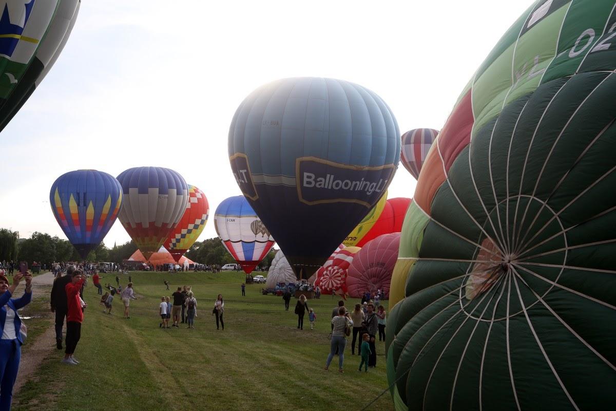 100 воздушных шаров в небе над Литвой