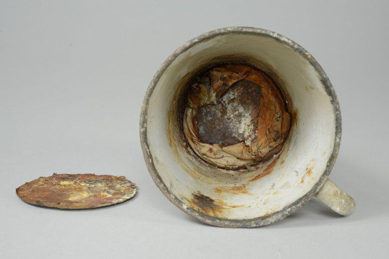 У кружки из Освенцима выпало второе дно