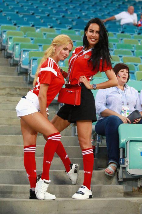 Очаровательные футбольные болельщицы
