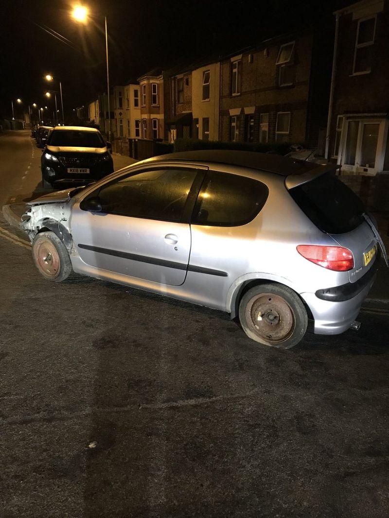 Водитель Peugeot сидел на ведре и рулил с помощью гаечного ключа