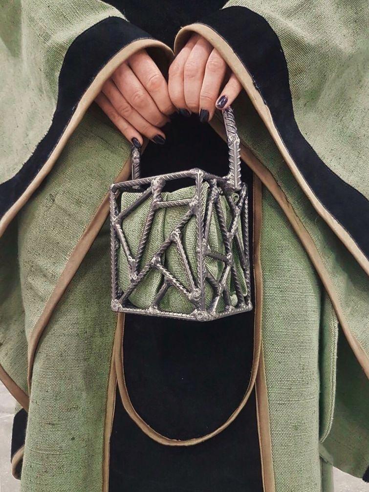 Королева сварки из России создает сумочки и скульптуры из арматуры