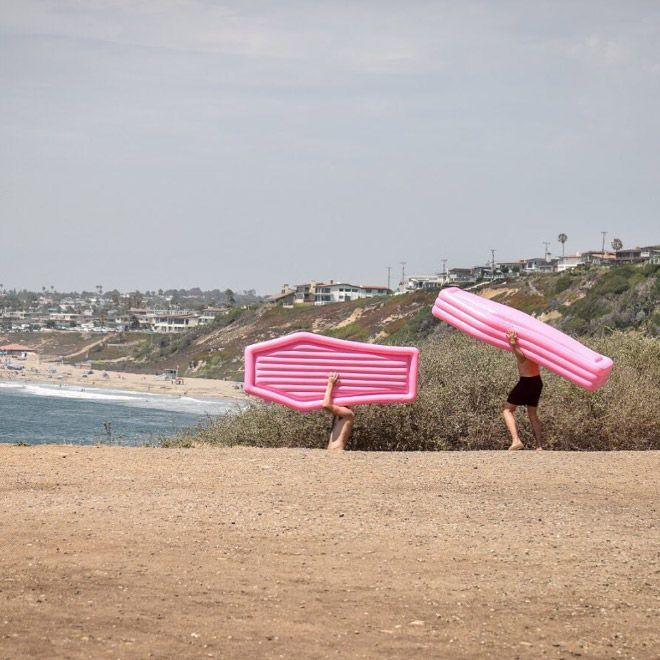 Пляжная новинка: надувной матрас в виде гроба