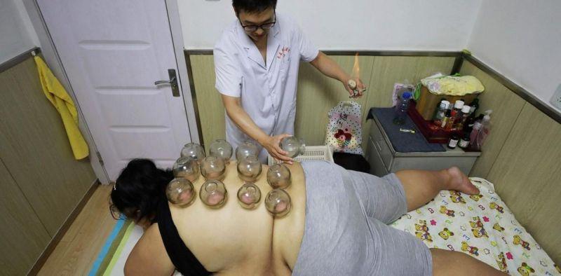 В Китае ожирение лечат банками