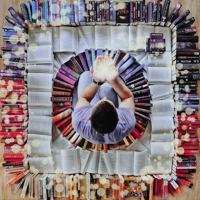 Парень превращает свою массивную библиотеку в искусство