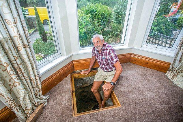 Пенсионер обнаружил под полом своего дома колодец