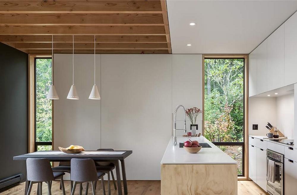 Маленький домик в лесу над фьордом в США