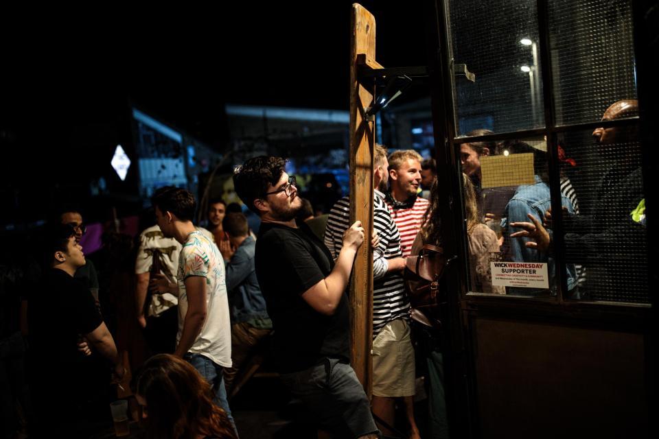 Жители Ист-Энда повеселились перед введением комендантского часа