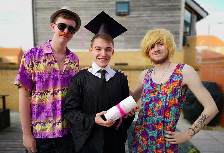 Друзья заменили выпускнику родителей на фото