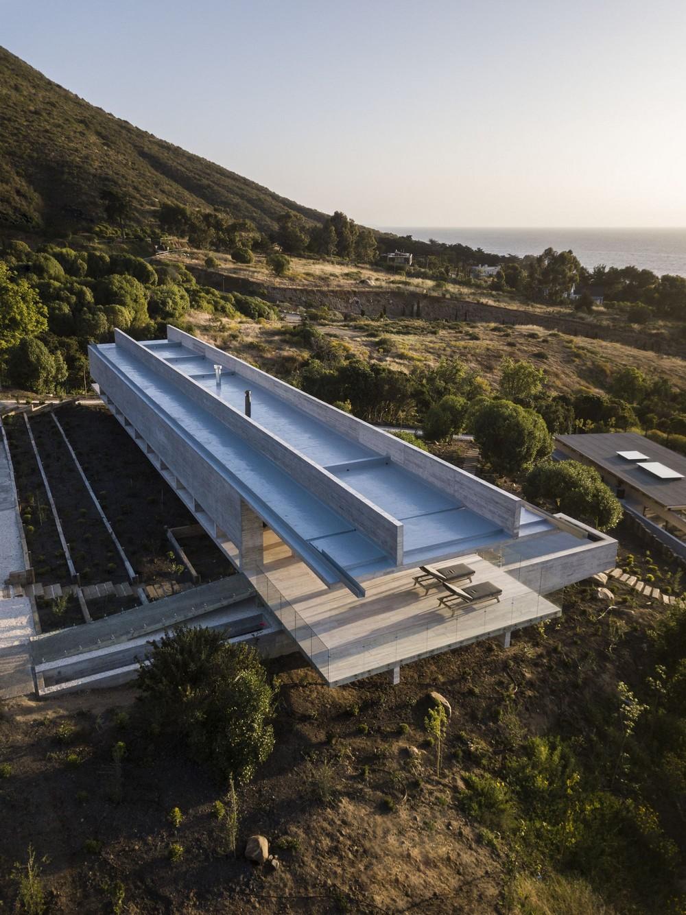 Необычный бетонный дом на берегу океана в Чили