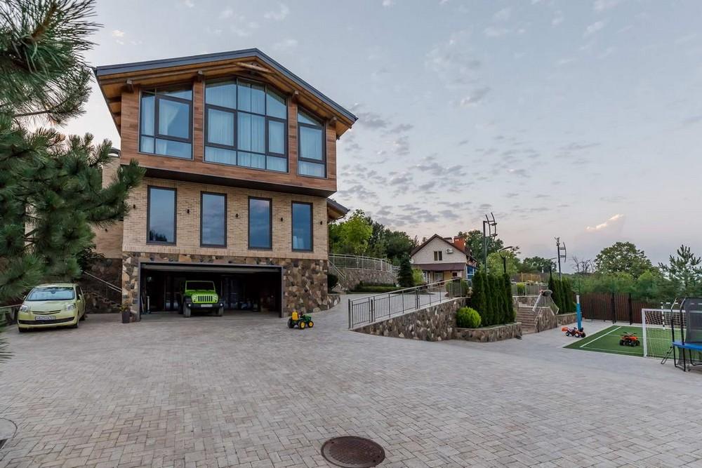 Дом в предгорьях Кавказа с видом на горы