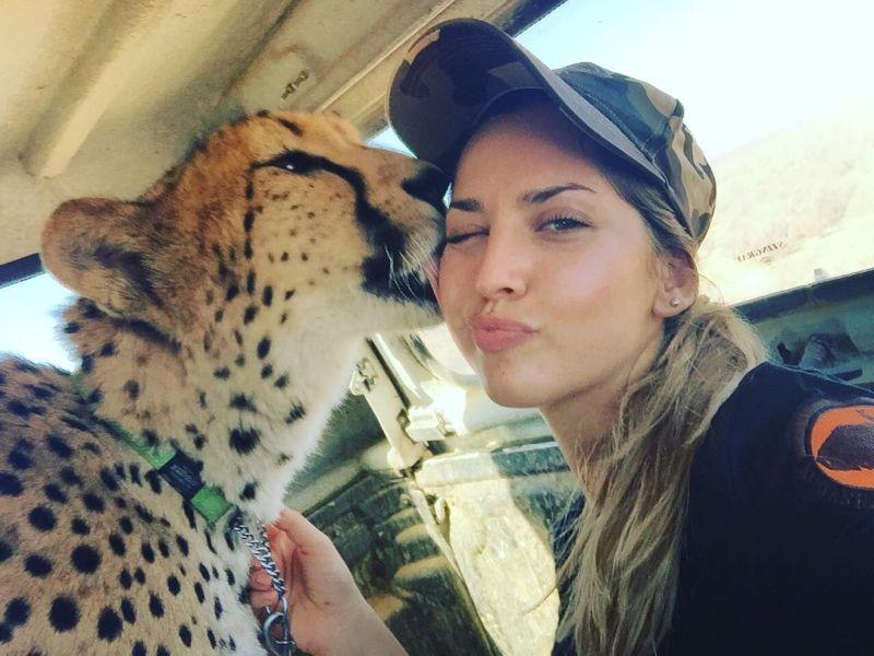 Девушка согласилась жить в африканской саванне среди гепардов