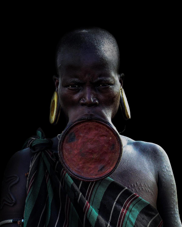 Женщины из эфиопского племени Мурси носят диски в нижней губе