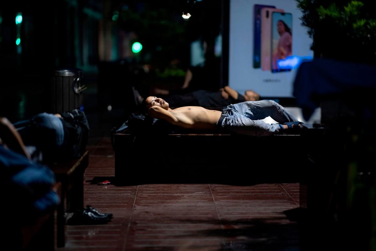 Уставшие шанхайцы спят на скамейках
