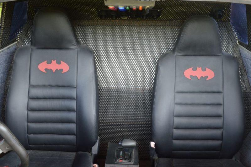Фанат Бэтмена собрал из старых запчастей копию бэтмобиля