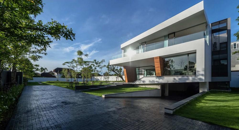 Модернистский дом с водопадом в Бангкоке