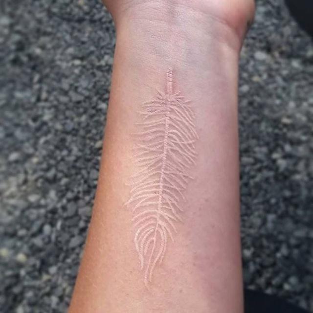 Необычные татуировки белыми чернилами