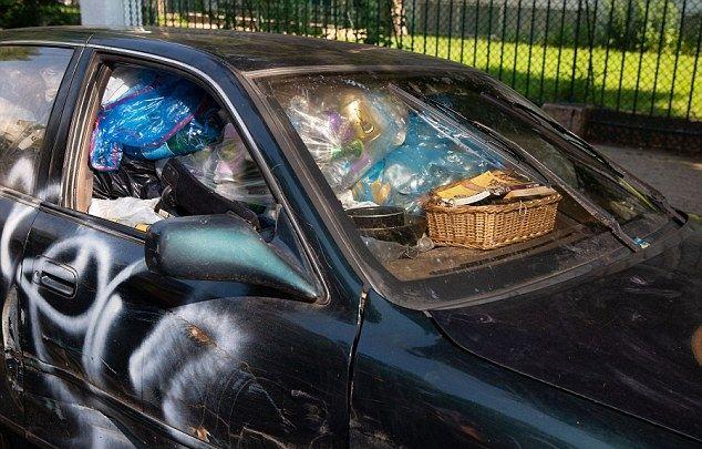 Пенсионерка с состоянием складирует мусор и роется по помойкам (ФОТО)