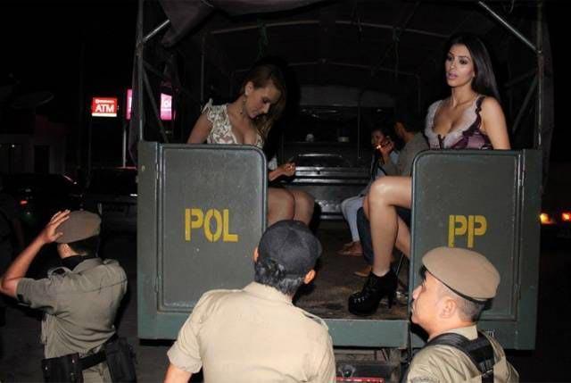 Фотошопер помещает знаменитостей в трущобы Индонезии