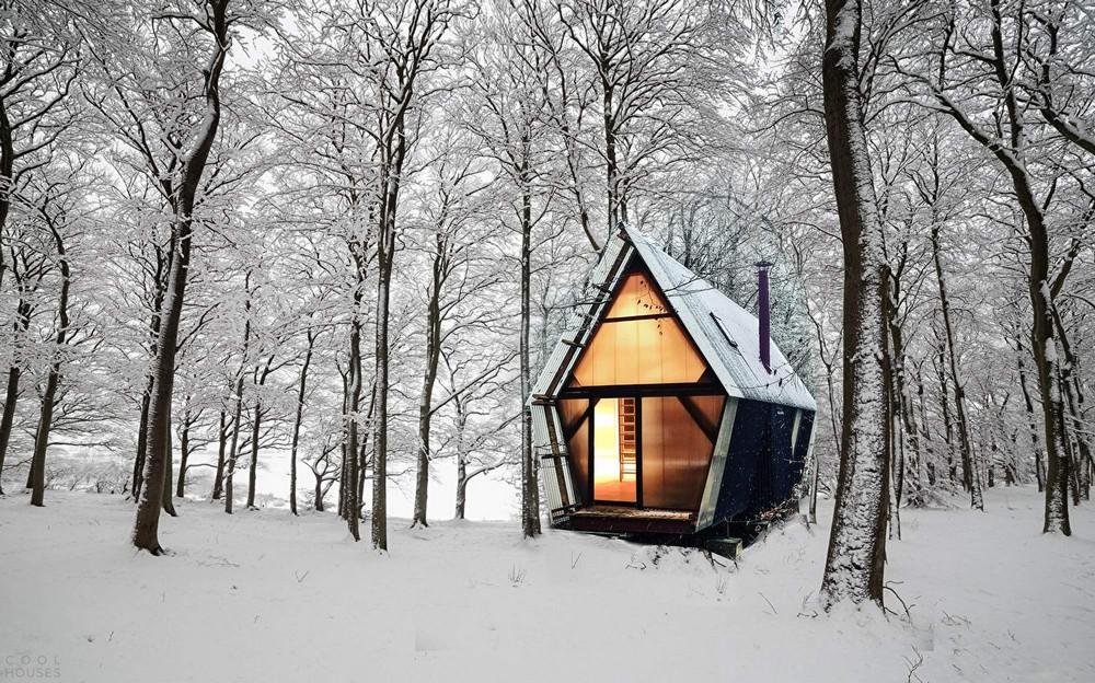 Небольшой дом-трейлер в британском лесу