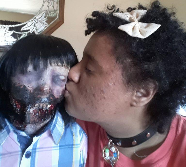 Девушка влюбилась в куклу-зомби и собирается сыграть с ней свадьбу (ФОТО)