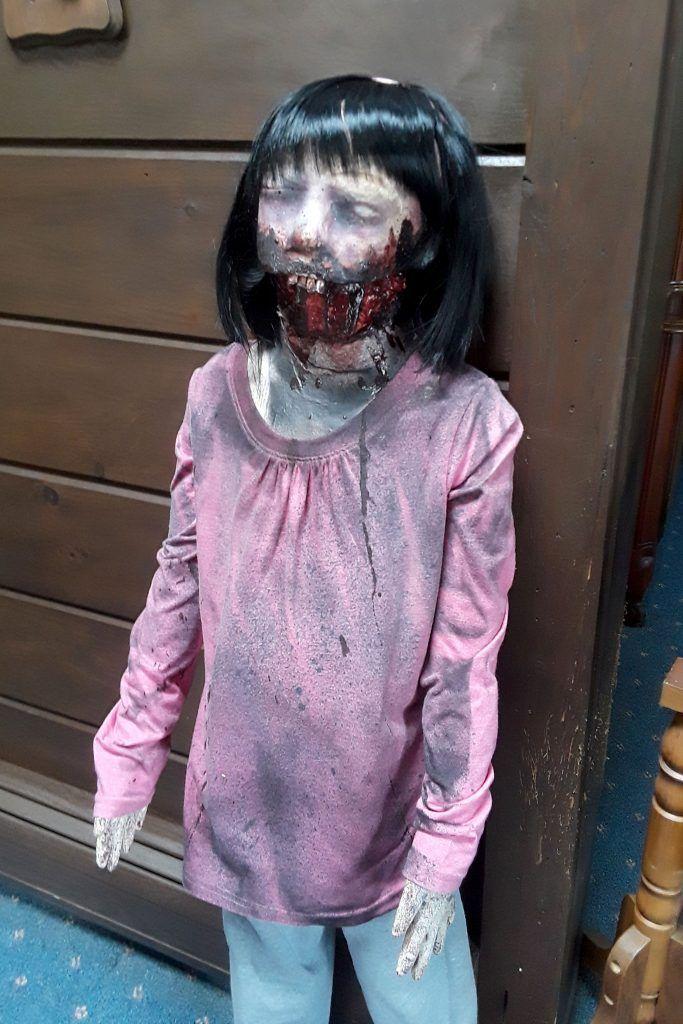 Девушка влюбилась в куклу-зомби и собирается сыграть с ней свадьбу