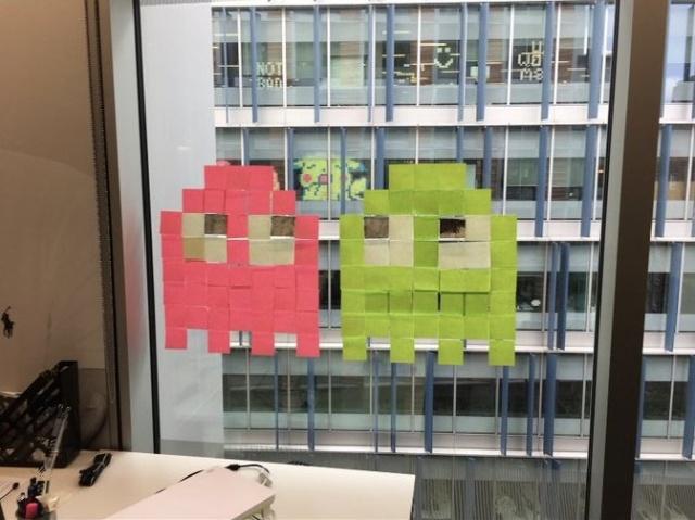 Офисные сотрудники устроили войну стикеров
