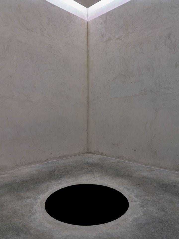 Посетитель музея провалился в инсталляцию в виде черного пятна
