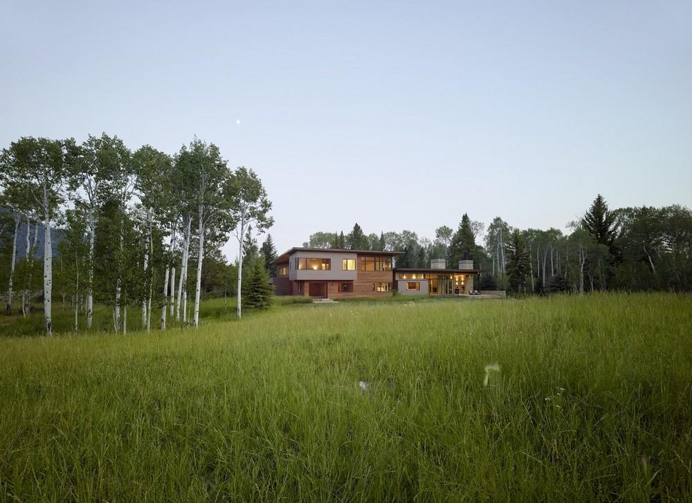 Роскошный дом в лесу у озера в США