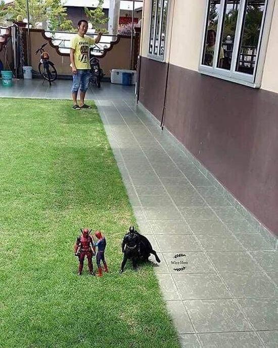 Парень удивил социальные сети своей фотографией с супергероями