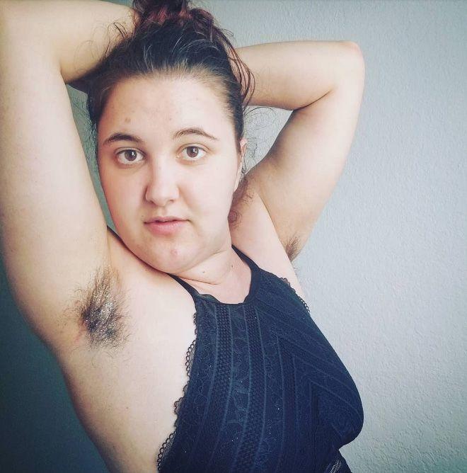 Девушки хвастаются волосатыми подмышками с блестками в Instagram