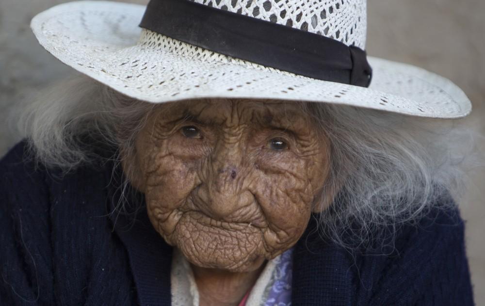 Самый старый человек ест сладости, поёт песни и играет с курочками