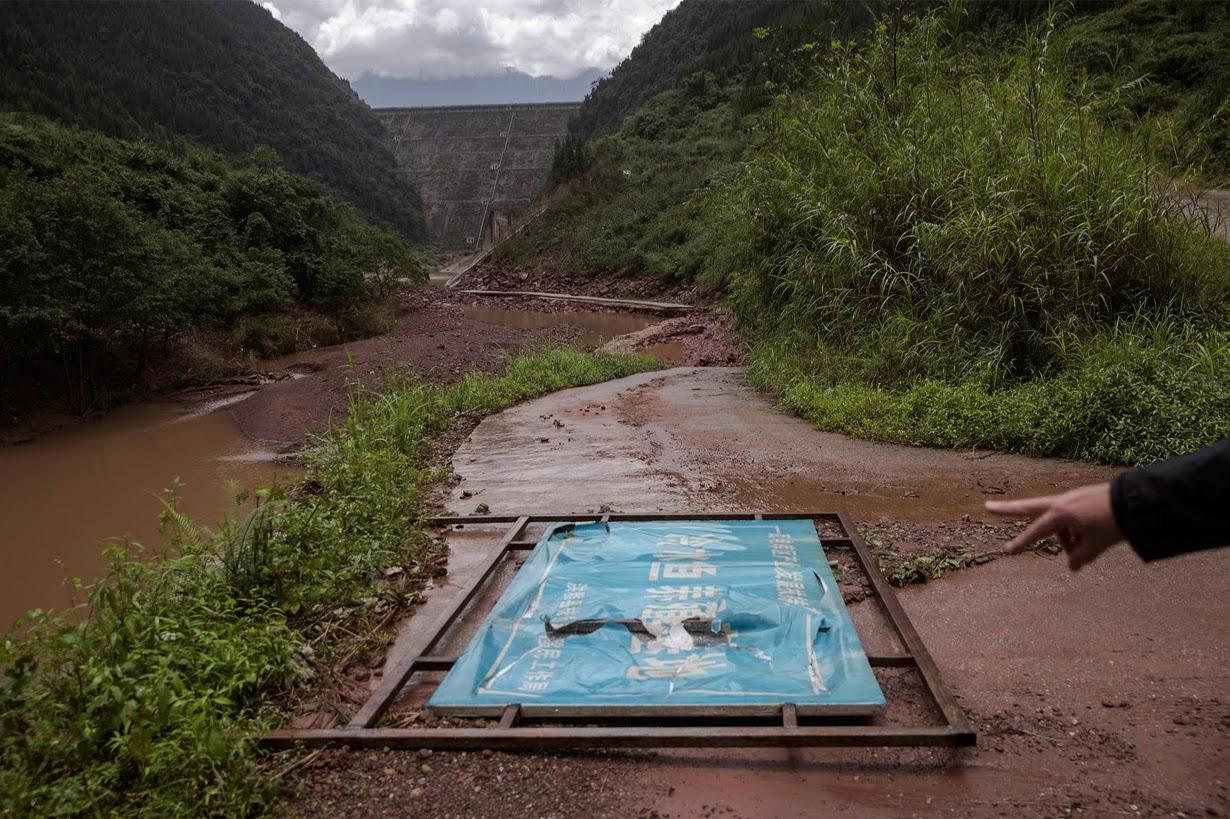 В Китае сносят незаконные плотины