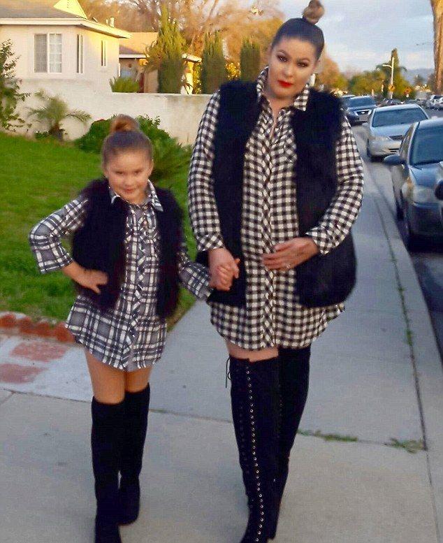 Мамаша тратит тысячи долларов, чтобы они с дочерью одевались одинаково