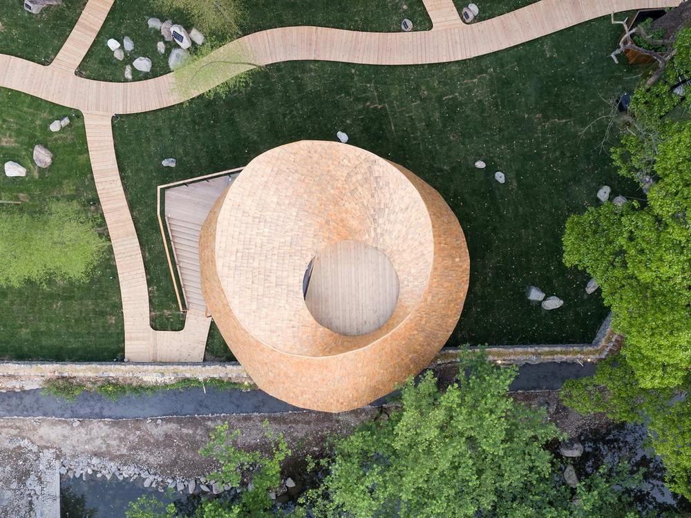 Деревянный дом с необычной крышей в Китае