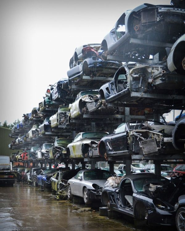 Кладбище дорогих машин под открытым небом