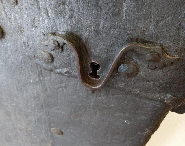 Что за необычный антикварный дверной замок?
