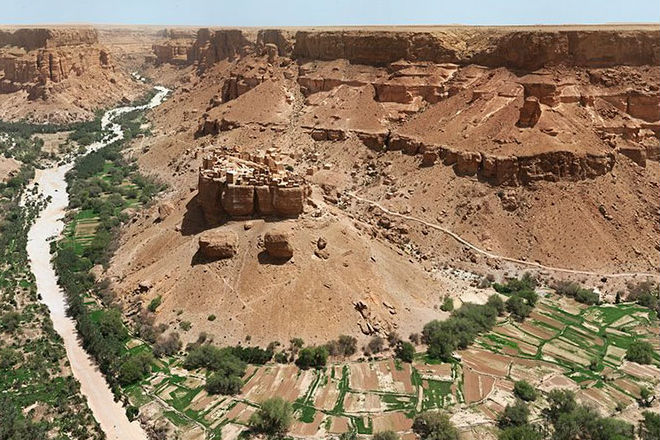 Необычная деревня в Йемене, стоящая на огромном монолите